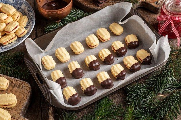 Cukroví slepené marmeládou můžeme částečně namáčet v čokoládě.