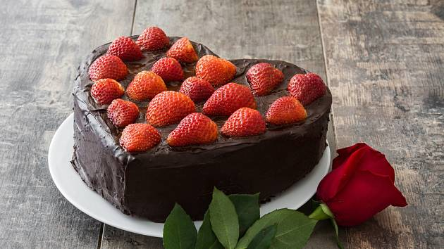 Na závěr dort polijte čokoládovou polevou a ozdobte