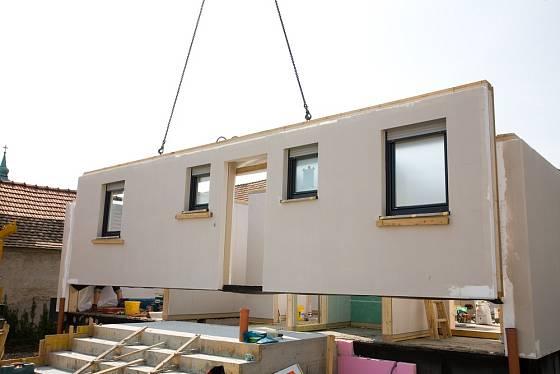 Na základovou desku stačí položit 5 stavebních dílců a dům je hotov.
