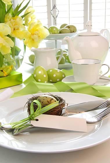 Hráškově zelená je ideální barvou pro velikonoční hostinu.