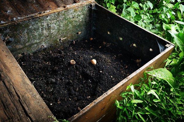 Nejlepší kompost je starý kompost. Je černohnědé barvy, vlhký a drobivý