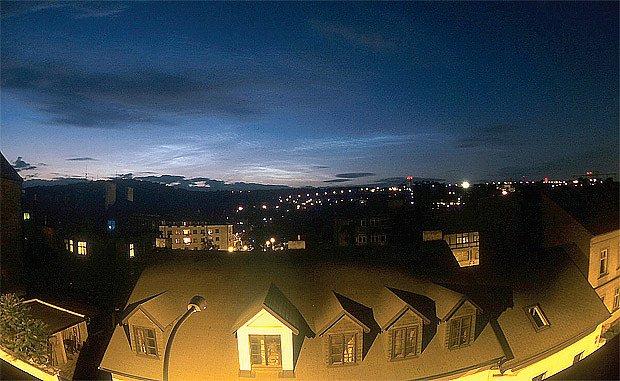 Noční svítící oblaky v Praze, 1. července 2004