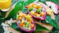 Exotický ovocný salát servírovaný v plodech pitahaya.