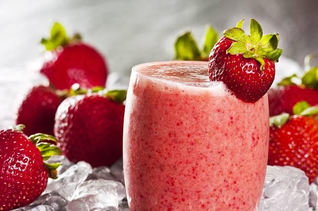 Na smoothie se dají použít nejrůznější druhy ovoce, oblíbené jsou například jahody.