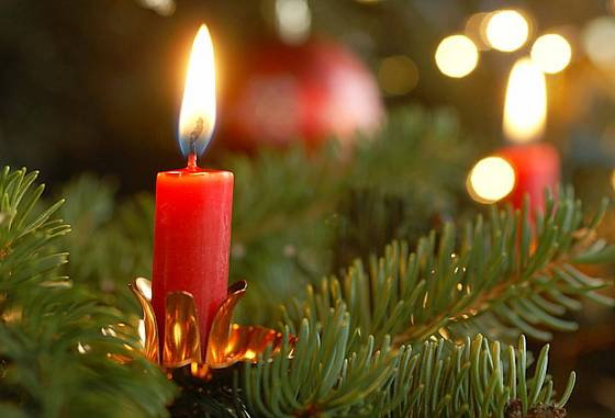 zmínka o stromku s hořícími svíčkami se objevuje už v jedné francouzské písni z 13. století