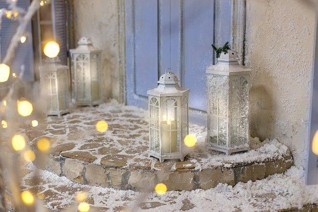 Půvabné lampy rozsvítí prostor před vchodem do domu.