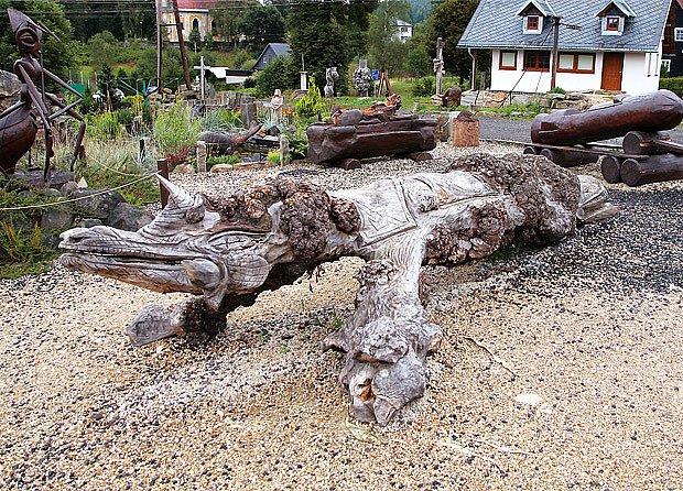 dřevěné vyřezávané sochy