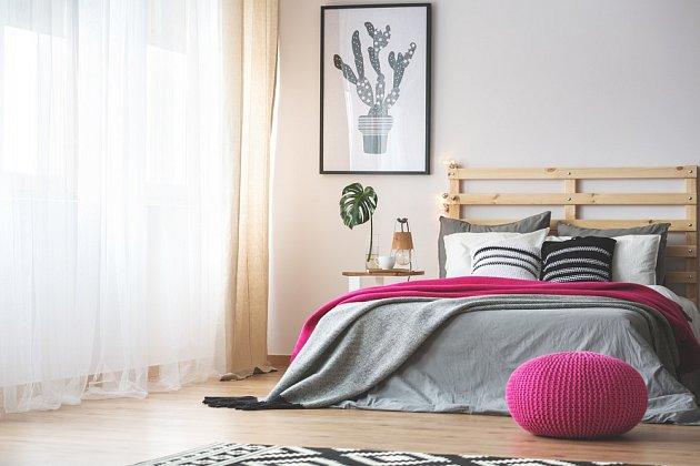 Do ložnice patří světlé barvy a přírodní materiály