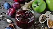 Výborné ovocné čatní je například to ze slív a letních jablek.