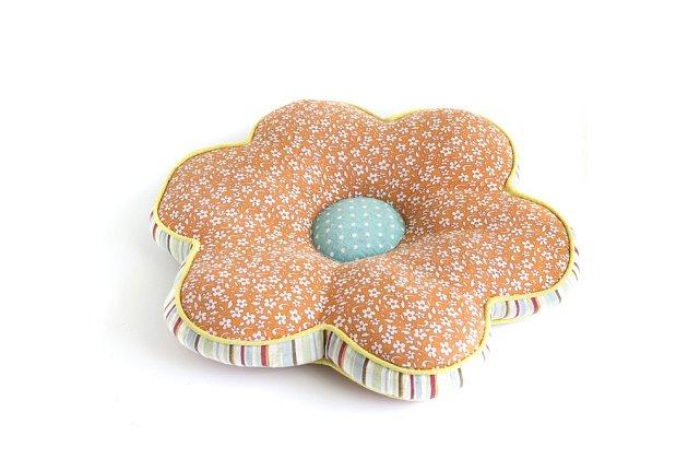 Polštáře mohou mít různé tvary a mohou vypadat třeba jako květina.