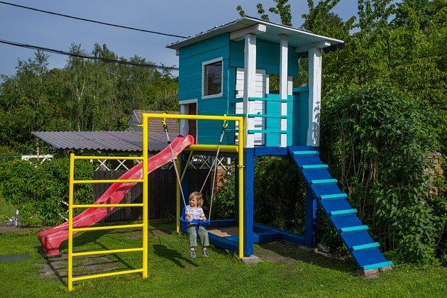 Děti určitě ocení, když jim na zahradě vyrobíte jejich soukromé hřiště s kovovou prolézačkou a houpačkou!