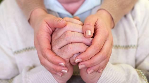 Třes rukou je jeden z nejnápadnějších projevů nemoci