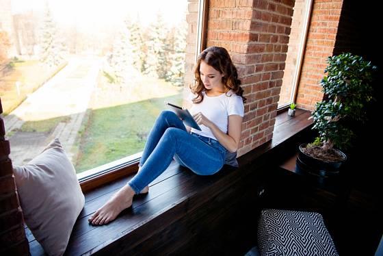 Posezení s oblíbenou knihou na okně, příjemné chvilky ve vlastním...