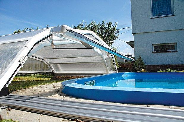 Oblouky z polykarbonátových desek kryjí mnoho bazénů.