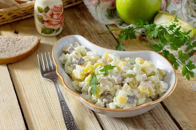 V bramborovém salátu jsou výteční i sledi, jablka a petrželka
