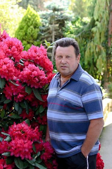 Jiří Štancl u jednoho z rododendronů