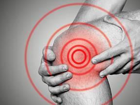 Akutní bolest v kolenním kloubu je velmi nepříjemná.