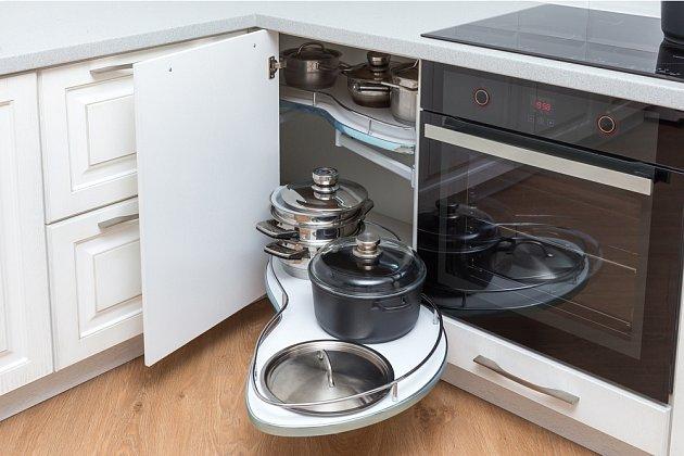 Při výběru kuchyňské linky zvažujeme i vnitřní uspořádání skříněk.