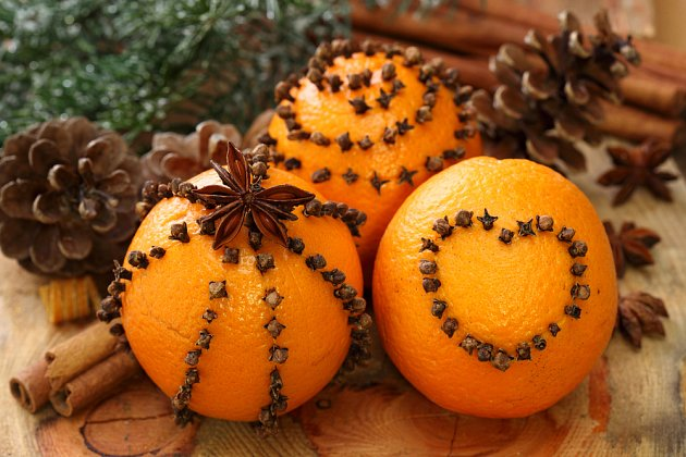 Pomeranče zdobené hřebíčky, přírodní vánoční ozdoba