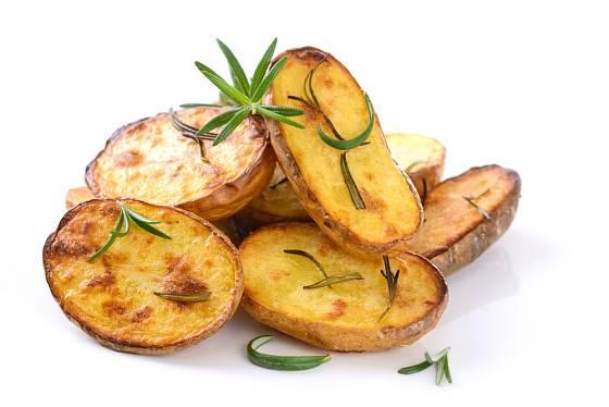 Větší brambory nakrájíme na plátky a upečeme v troubě.