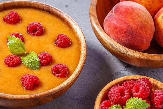 Výtečnou studenou polévku připravíte i z broskví, ozdobí ji maliny