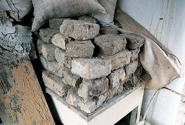 Z takových nepálených hliněných cihel je dům postaven