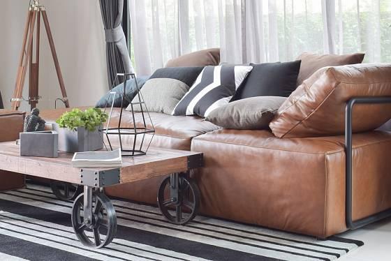 Konferenční stolek z recyklovaného dřeva na kovových kolečkách.