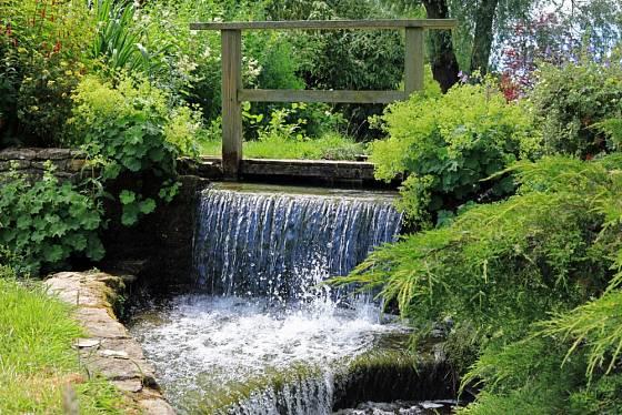 Ideální situací je, když můžete v zahradě využít přirozeně tekoucí vodu v přírodním potoce.