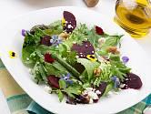 Jedlé květy promění salát v nevšední zážitek