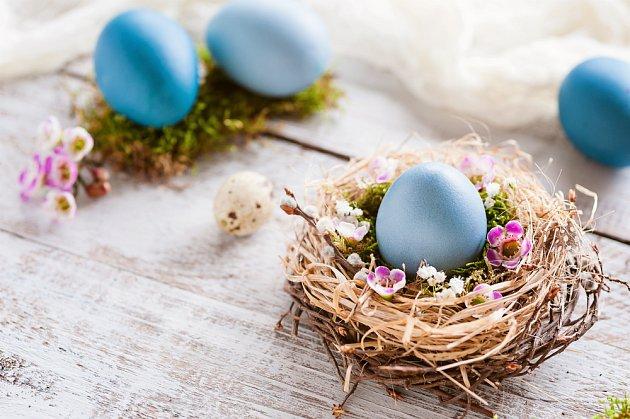 Suchou trávu můžete komninovat s větvičkami a uplést krásné hnízdo pro velikonoční vejce