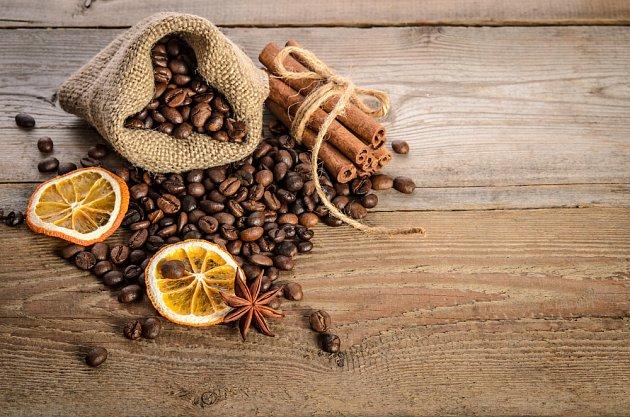 Káva, pomeranč (klidně krájený na plátky a usušený) a skořice - skvělá vonná kombinace.