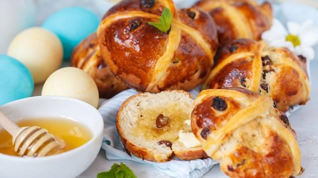 Bochánky Hot cros buns patří k tradičnímu britskému velikonočnímu pečivu.
