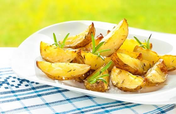 Pečené brambory můžeme ochutit lístky rozmarýnu.