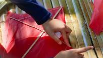 Výroba draka sice stojí více úsilí, ale o to větší radost mají děti z hotového výrobku.