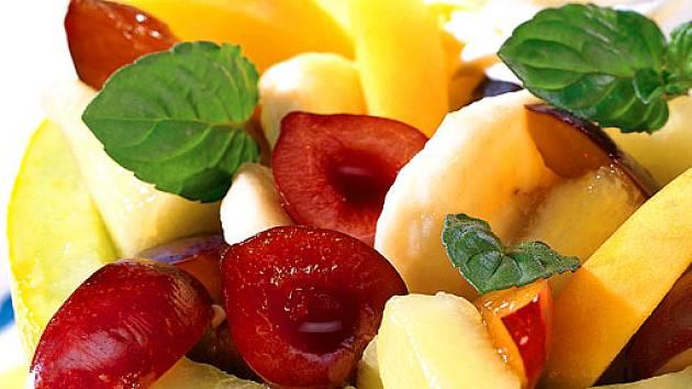 ovocný salát podávaný v melounu