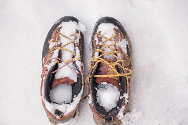 Po vysypání sněhu může pomoci i obyčejné vycpání novinami.
