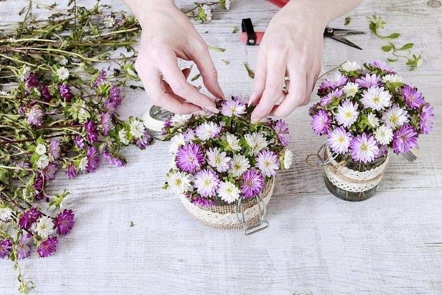 aranžování řezaných chryzantém