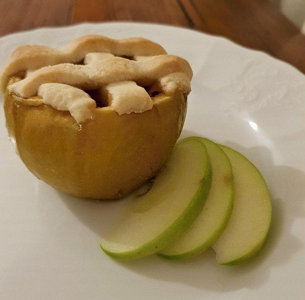 Koláč z křehkého těsta v jablku Granny Smith.