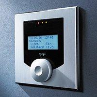 Na této jednotce můžete v každé místnosti nastavit či kontrolovat teplotu a další parametry.