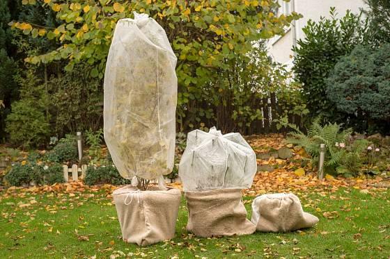 Přenosné rostliny pomůže před mrazem ochránit netkaná textilie.
