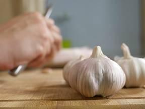 Tipy na rychlejší než ruční loupání česneku každý ocení