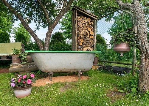 Zadní část domku je třeba zakrýt, aby se hmyzí domeček nestal prostřeným stolem pro hladové ptactvo.