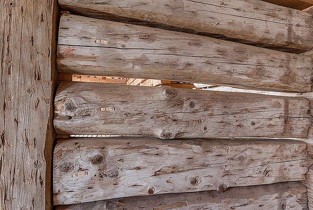 Původní zachované trámy s důlky po dubových kolíčcích