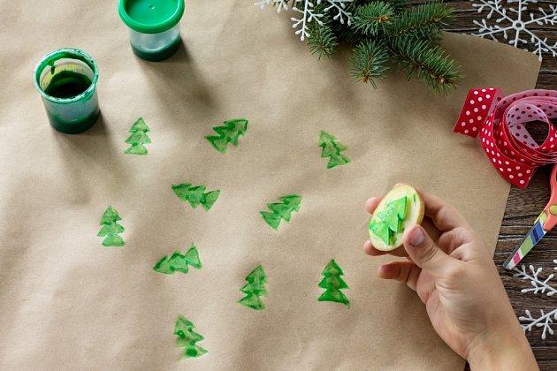 Balicí papír potiskneme vlastními vzory za pomoci tiskátek z brambor.
