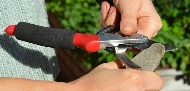 Čepele zahradnických nůžek pravidelně ostřete
