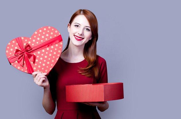 Dárek nebo bonboniéra ve tvaru srdce potěší každou ženu.