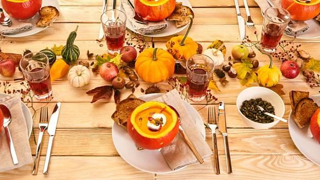 Slavnostní tabule s dýňovými pokrmy a navíc i vyzdobená dýněmi je stylová.