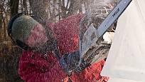 V mrazech mění Jan Kužel materiál, místo dřeva sochá led