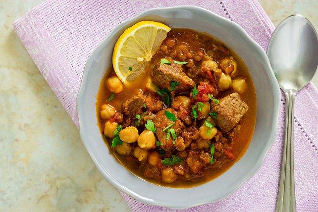 Hutná polévka vás zasytí stejně jako hlavní jídlo.