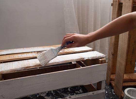 Paletový nábytek můžeme natřít nabílo.
